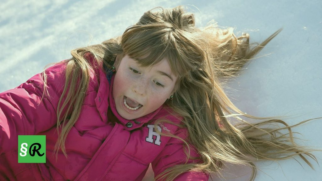 девочка подскользнулась на льду