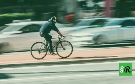 Велосипедист едет по дорожке